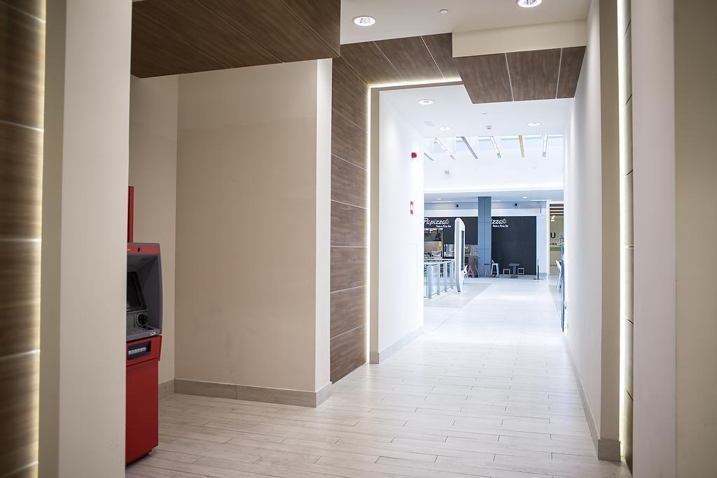 Mesas dirección Omega panelación pasillo