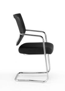 Sillas Dallas BP respaldo en malla negra, asiento tapizado en tela negra base patín cromado, brazos cromados con o sin protectores