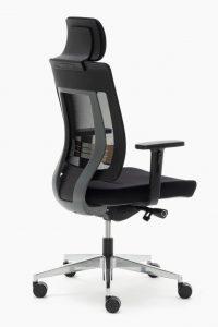 Silla Montreal mecanizado sincro con respaldo en malla negra y cabezal asiento tapizado en tela negra, brazos regulables, base aluminio pulido.