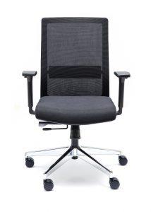 Silla NIZA N respaldo en malla negra brazos regulables asiento tapizado en negro base cromada sincron