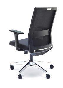 Silla NIZA respaldo en malla negra brazos regulables asiento tapizado en negro base cromada