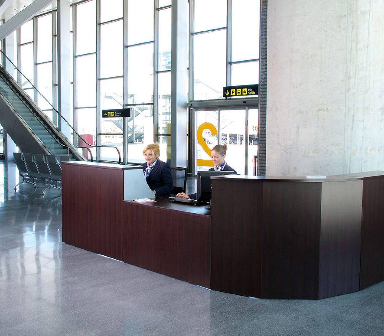 Mostradores espacio de recepción espacio con diferentes acabados y alturas